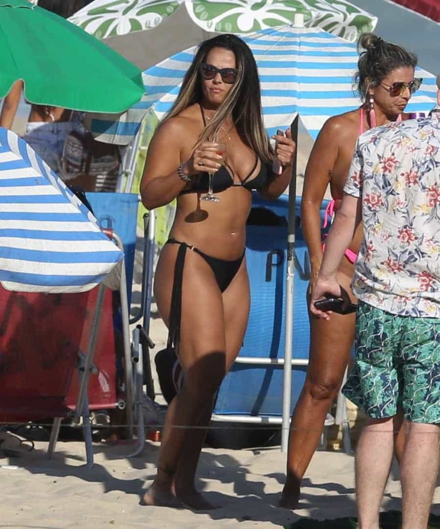 Viviane Araújo curte praia e bebe drinques durante feriado; fotos