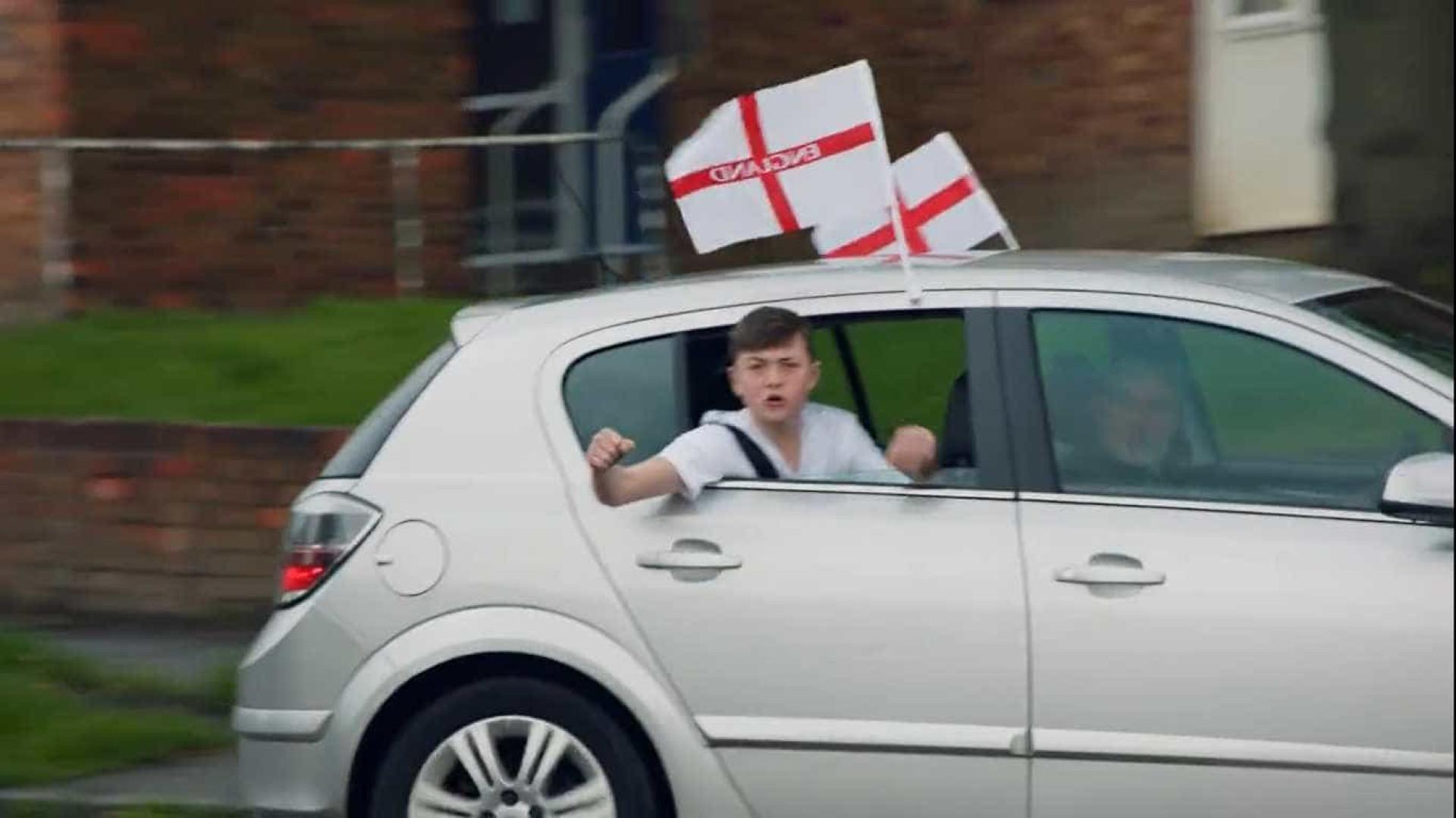 Em vídeo, torcedores revelam convocados da Inglaterra para a Copa