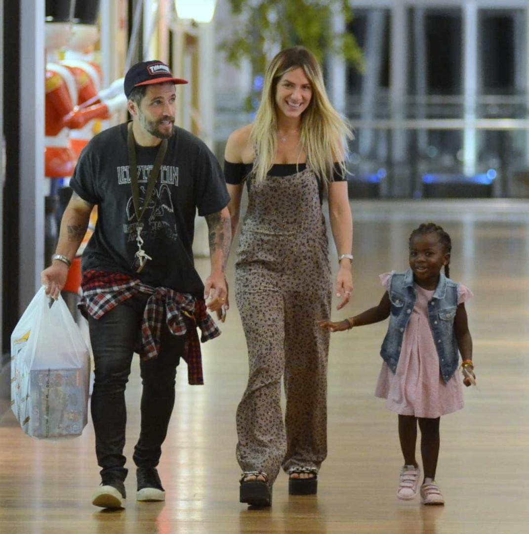 Titi se diverte com os pais, Ewbank e Gagliasso, em noite de compras