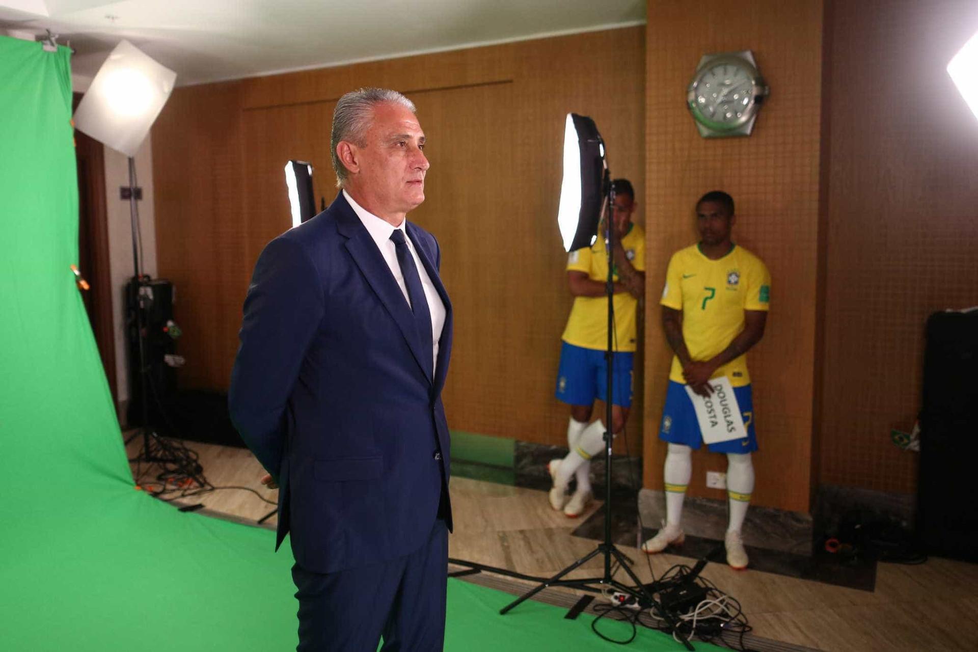 Seleção brasileira posa para fotos oficiais da Copa; veja os bastidores
