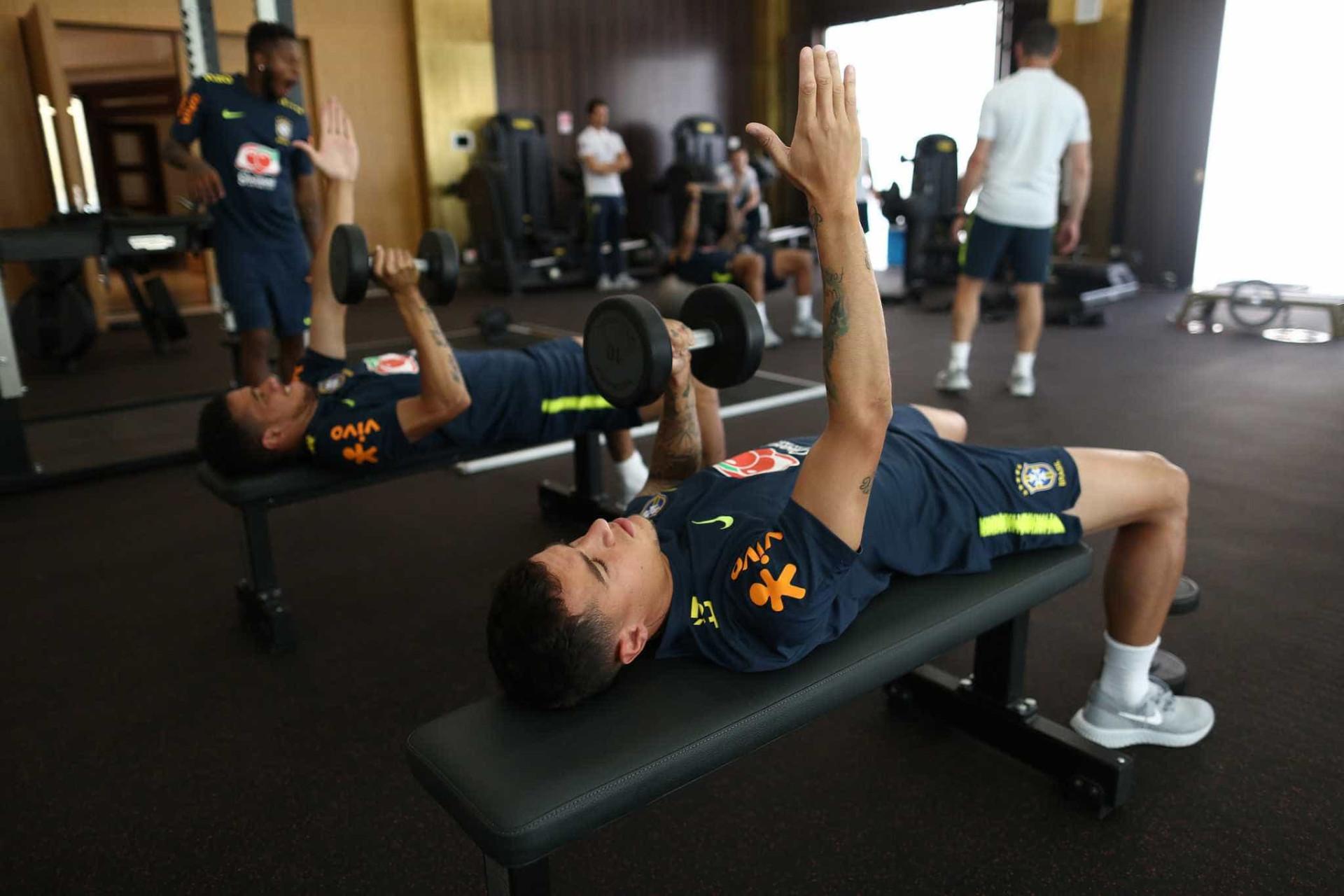 Seleção brasileira faz trabalho na academia; goleiros vão a campo