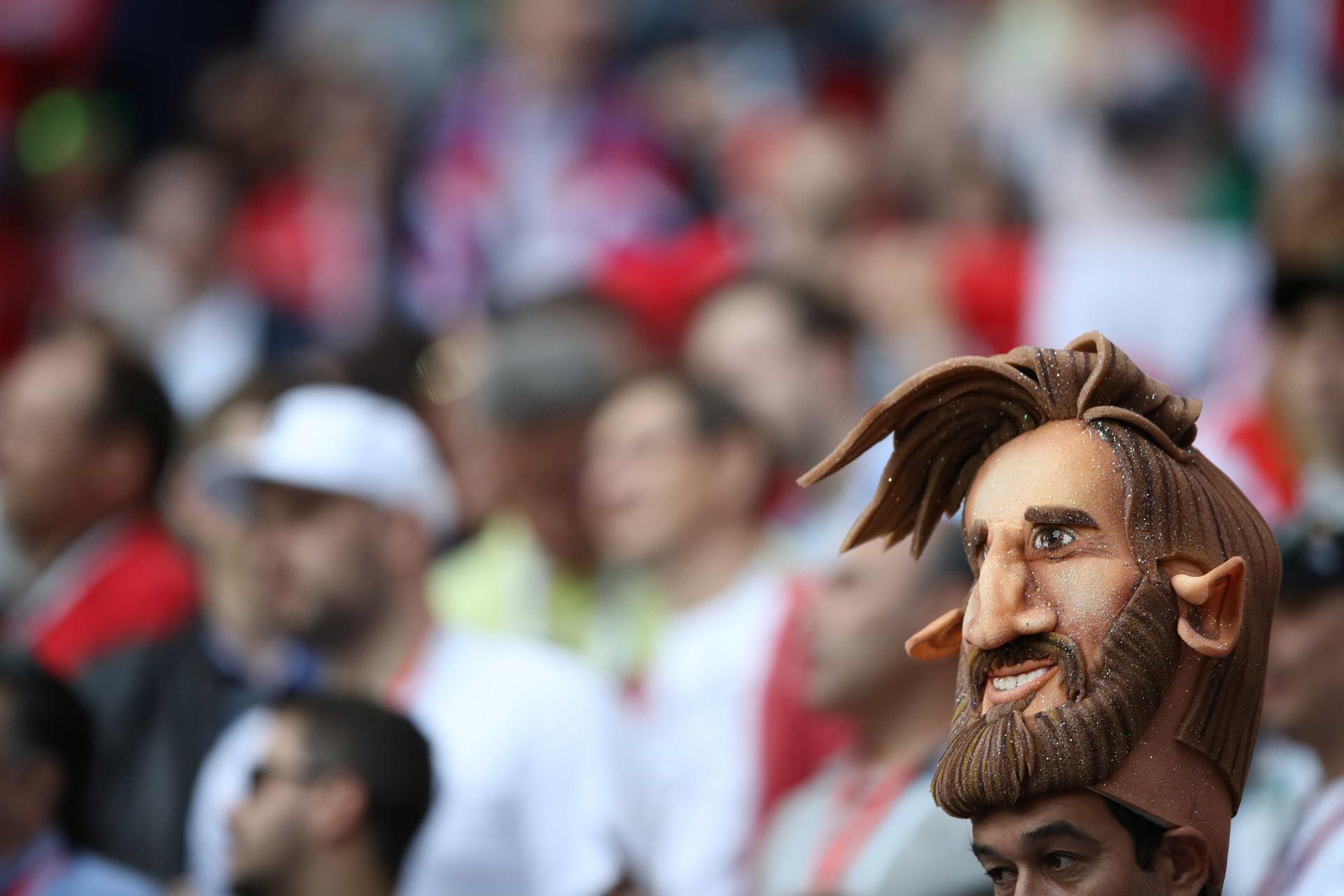 Festa nas arquibancadas: a torcida no jogo de abertura da Copa