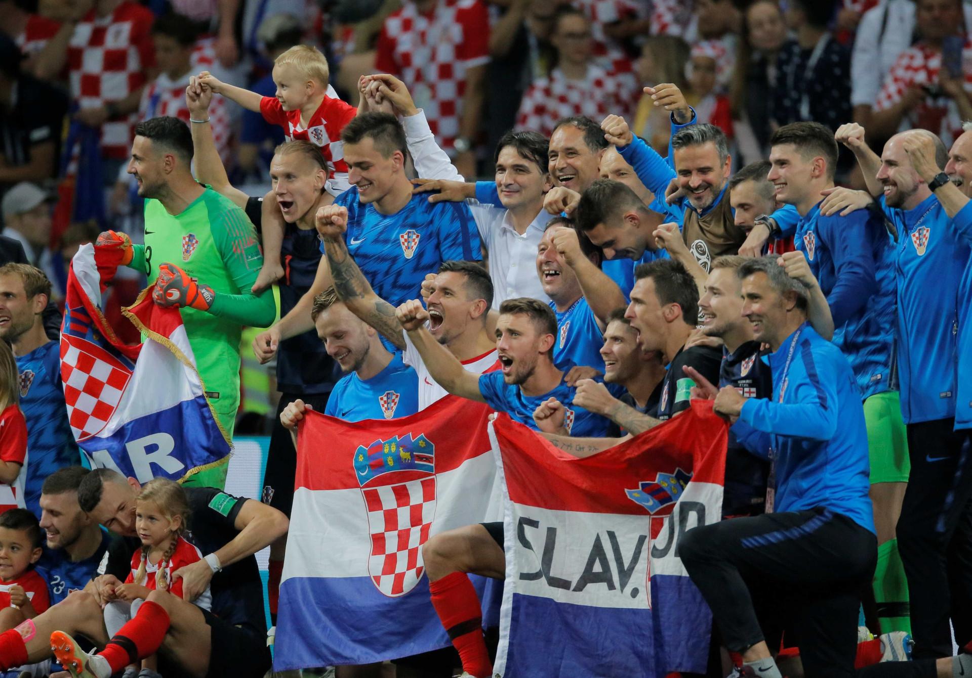 Torcedores croatas tomam as ruas de Zagreb após vencer a Inglaterra