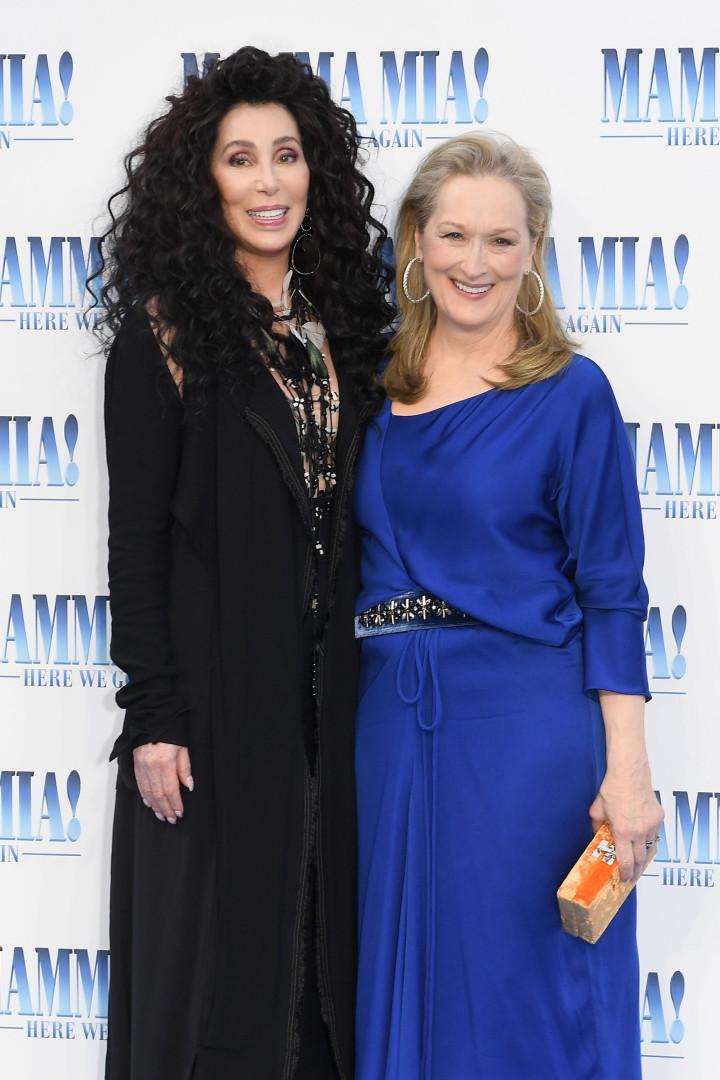 Meryl Streep e Cher se beijam em tapete vermelho e fãs vibram
