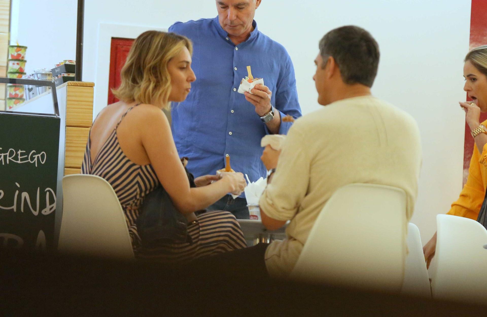 William Bonner e noiva aproveitam fim de semana para cinema e jantar