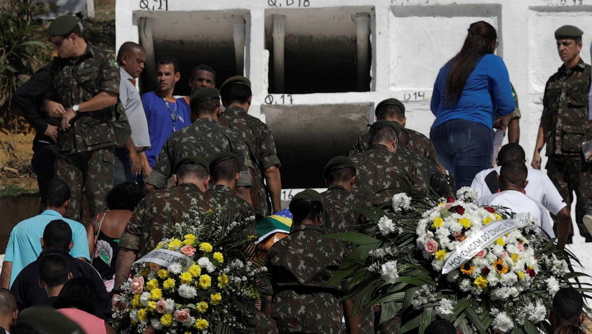 Bolsonaro vai a enterro de militar morto em megaoperação no Rio; fotos