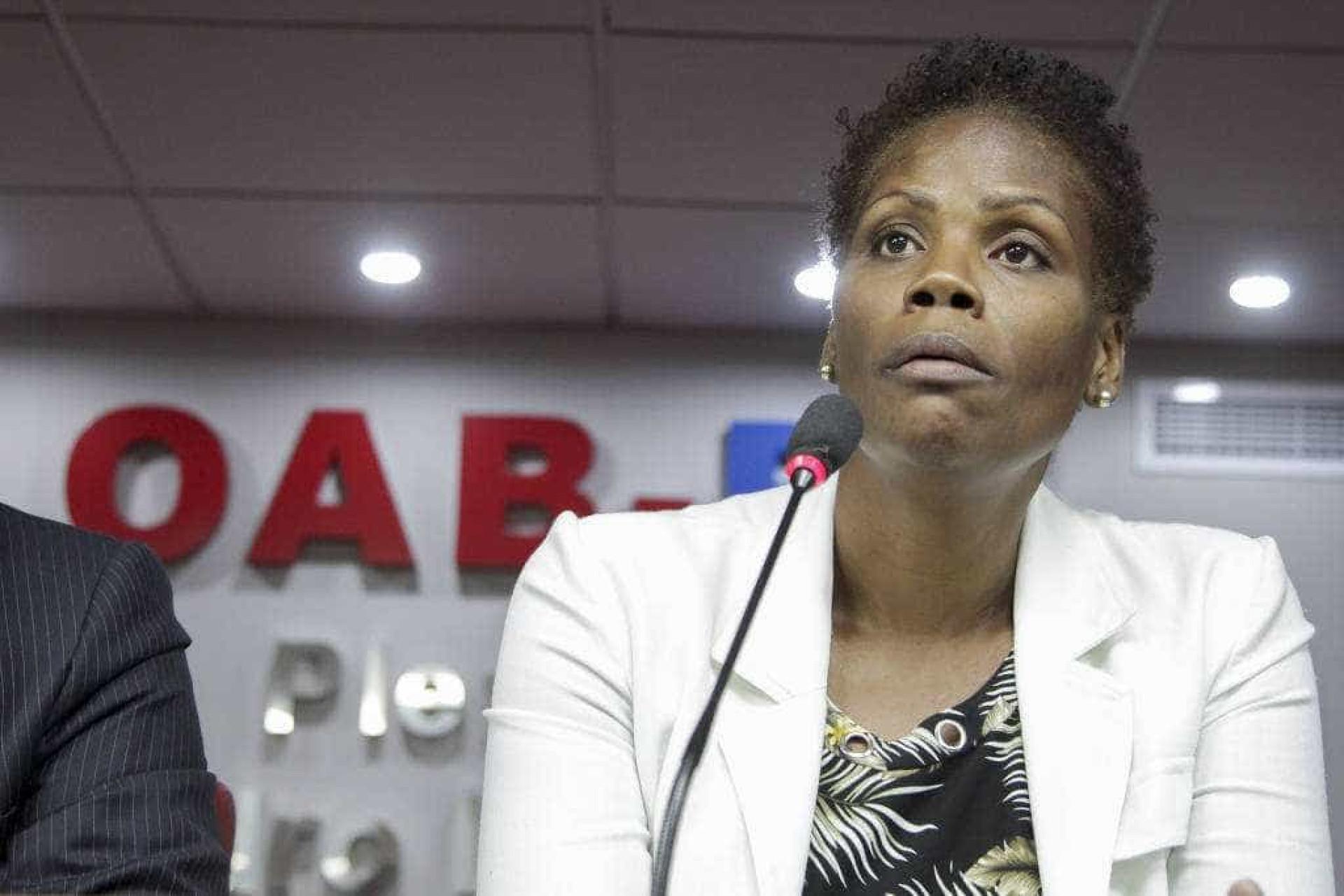Advogada é algemada por PMs durante audiência judicial no Rio; vídeo