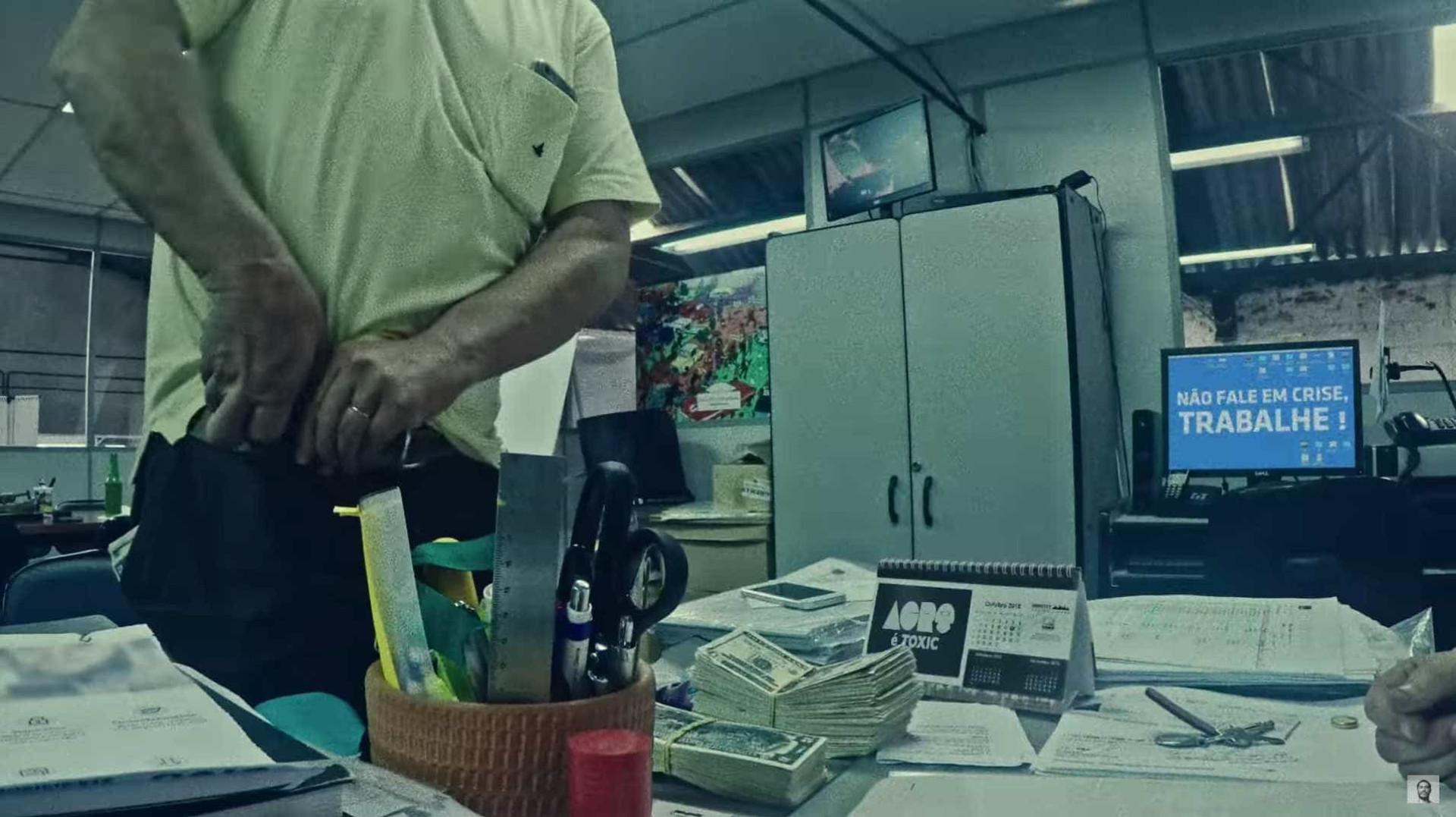 Criolo expõe problemas do Brasil em novo clipe; veja as referências