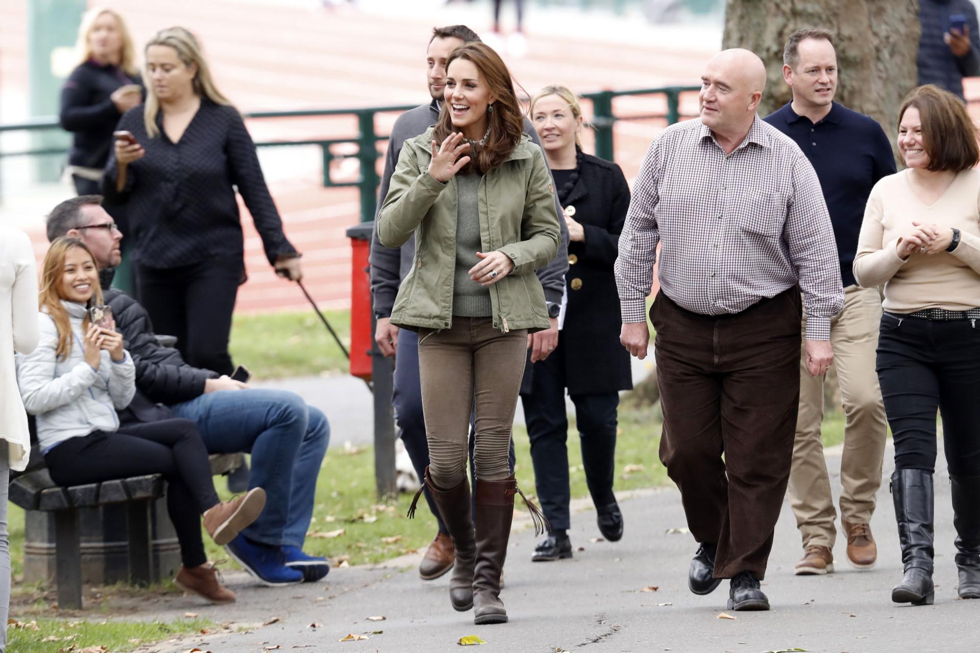 Kate Middleton usa look descontraído em compromisso público