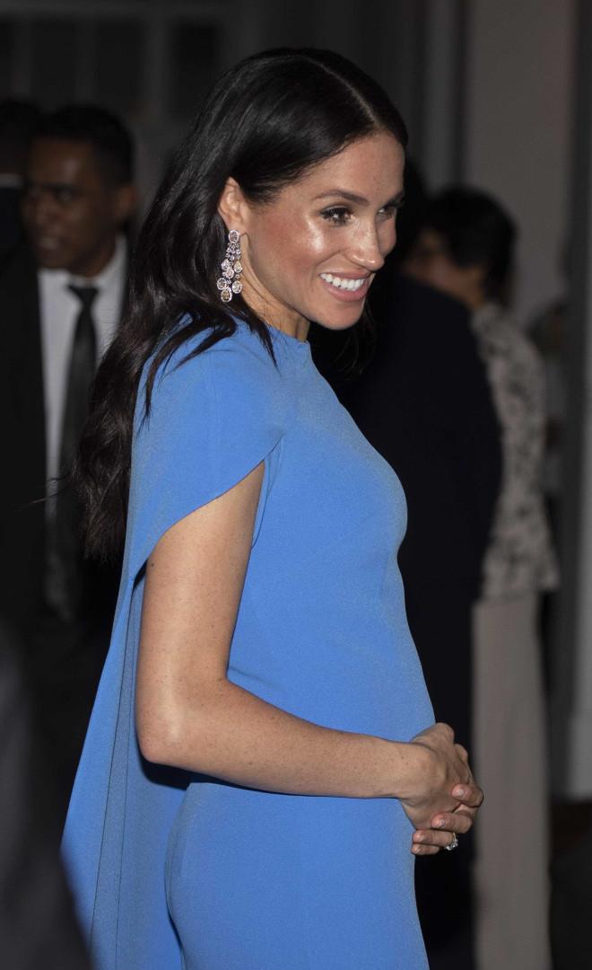 Meghan Markle usa vestido de gala que evidencia barriguinha de grávida
