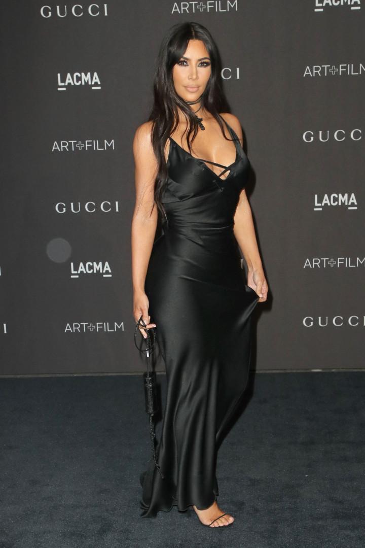 Kim Kardashian usa bolsa parecida com carregador de celular