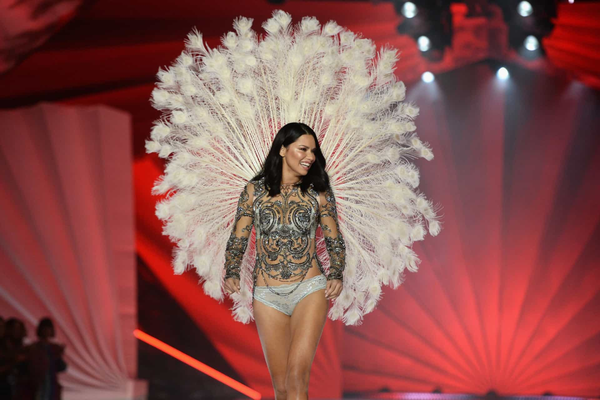 Em lágrimas, Adriana Lima se despede do Victoria's Secret Fashion Show