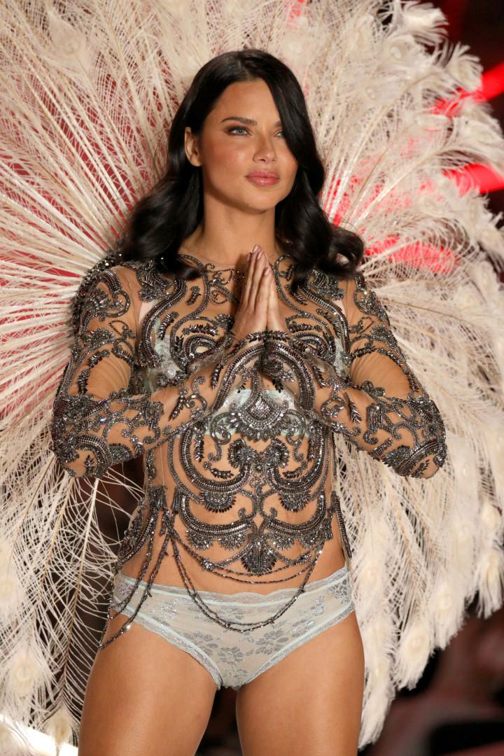 Em lágrimas, Adriana Lima se despede do Victoria's Secret Fashion Show