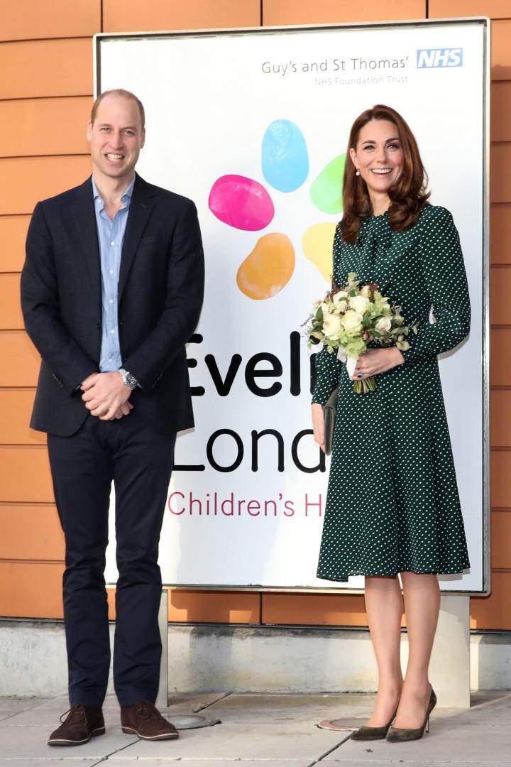 Kate Middleton brilha com vestido festivo; fotos!