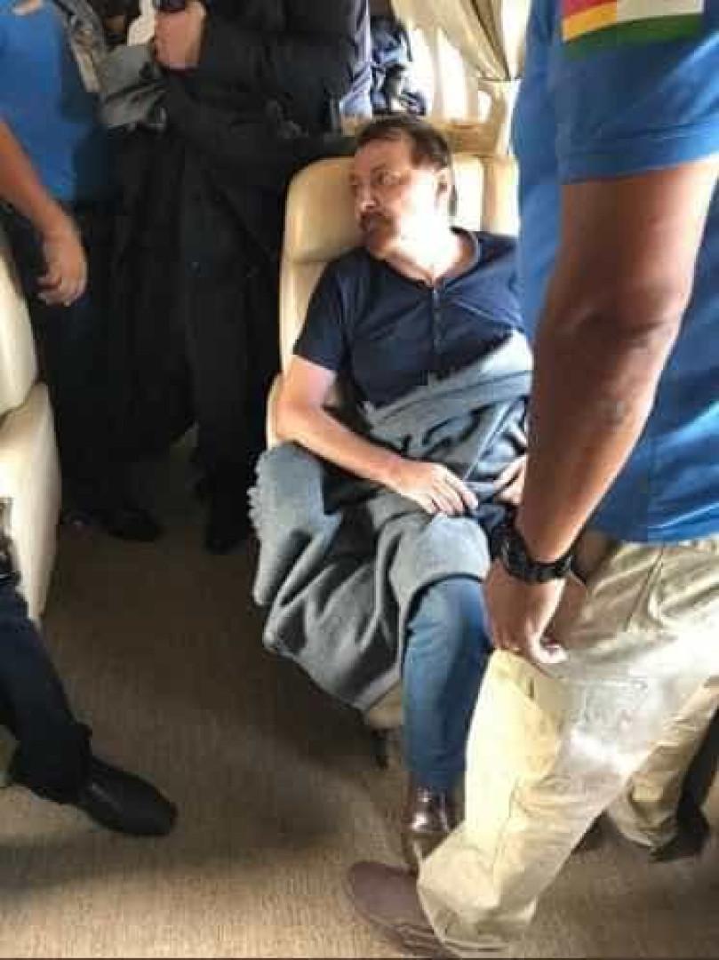 Salvini publica fotos de Battisti preso, dentro de avião; veja