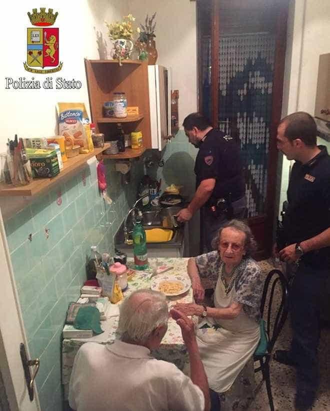 Policiais cozinham para casal  de velhinhos tristes em Roma