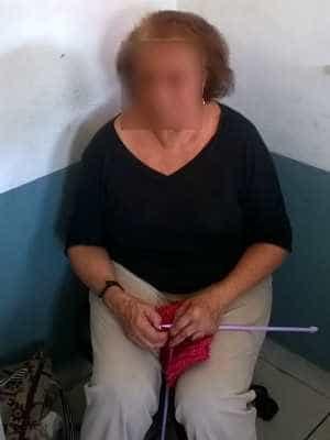 Presa com réplicas de fuzil, idosa faz crochê em base da PRF