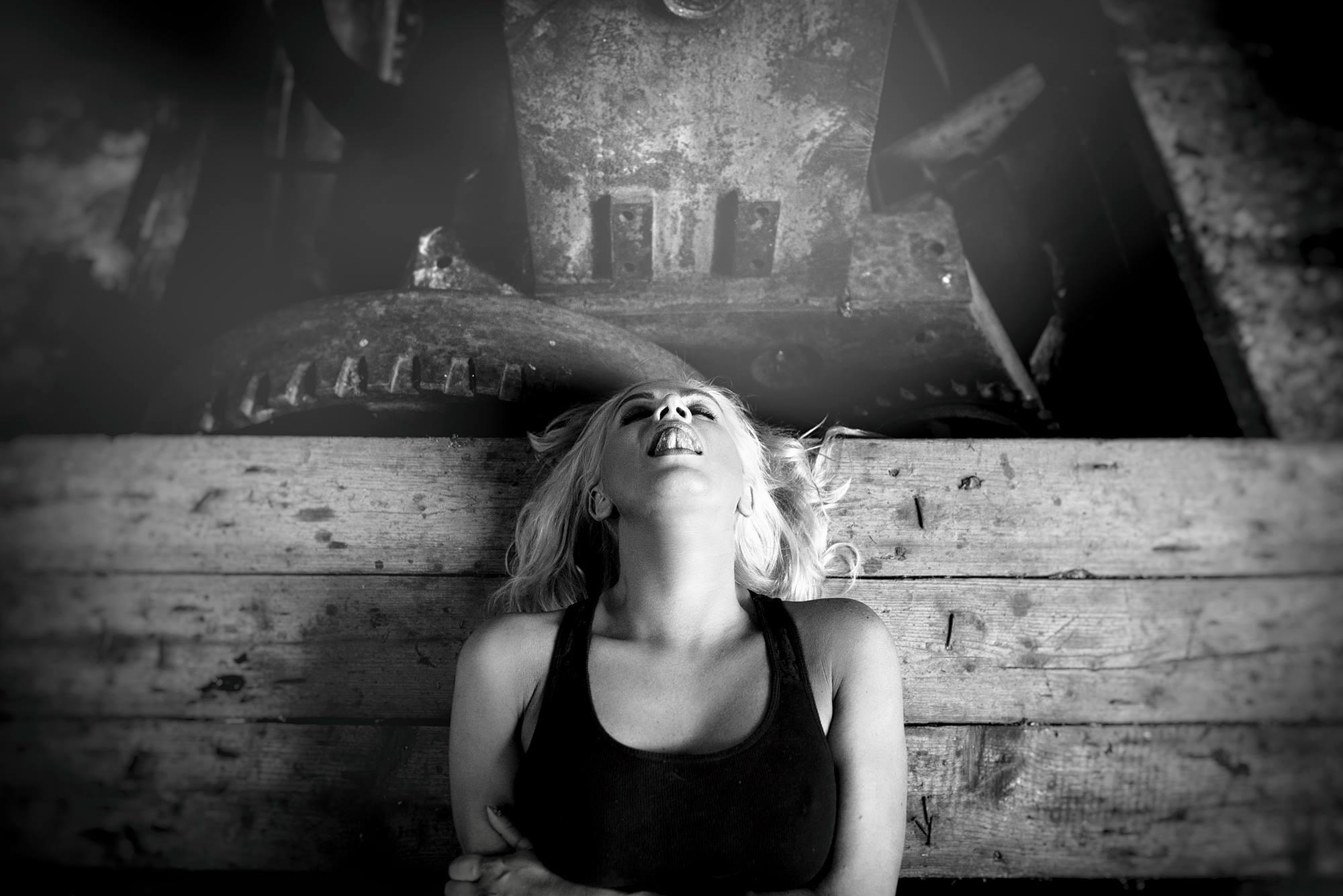 Fotógrafo lituano retrata 15 orgamos  femininos em belo ensaio -