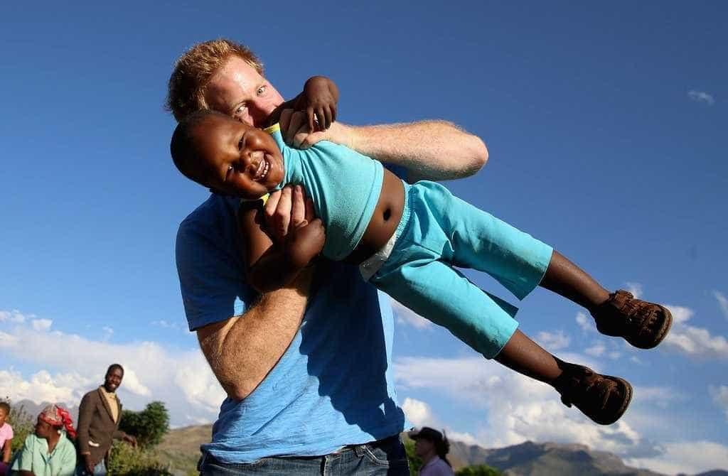 Príncipe Harry em momentos adoráveis com crianças -