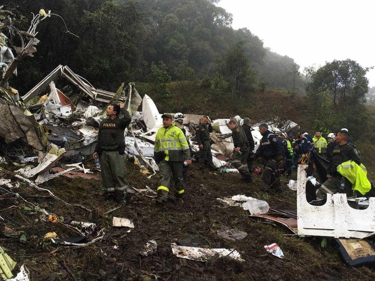 Polícia resgata vítimas do acidente aéreo na Colômbia; veja imagens -