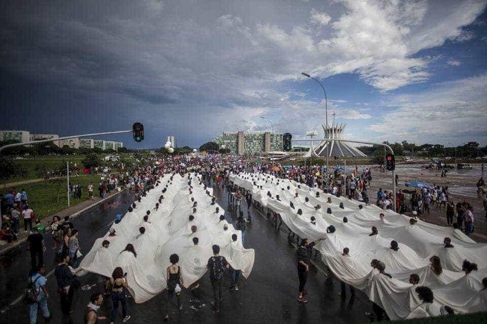 Milhares de manifestantes se reúnem em Brasília contra PEC 55 -