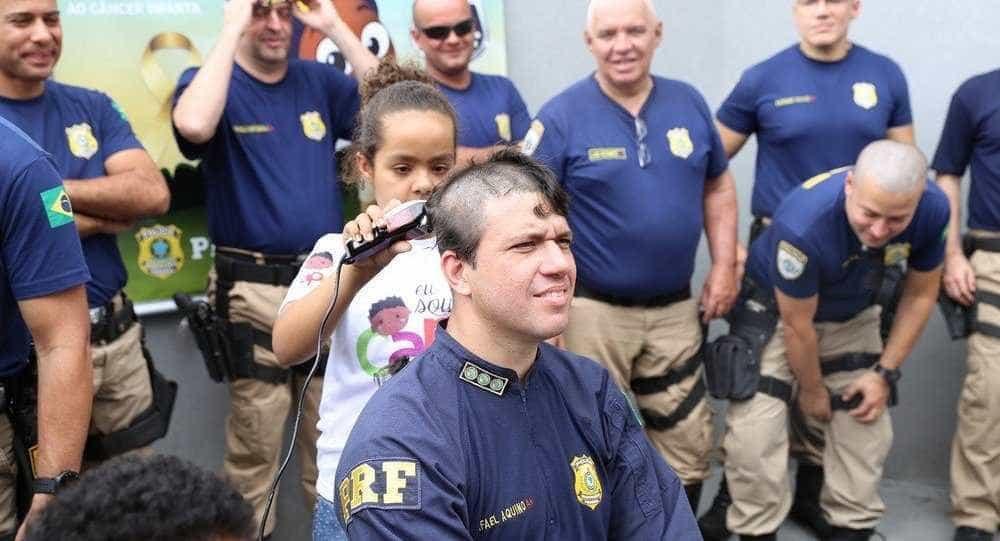 Policiais raspam a cabeça em apoio a crianças com câncer