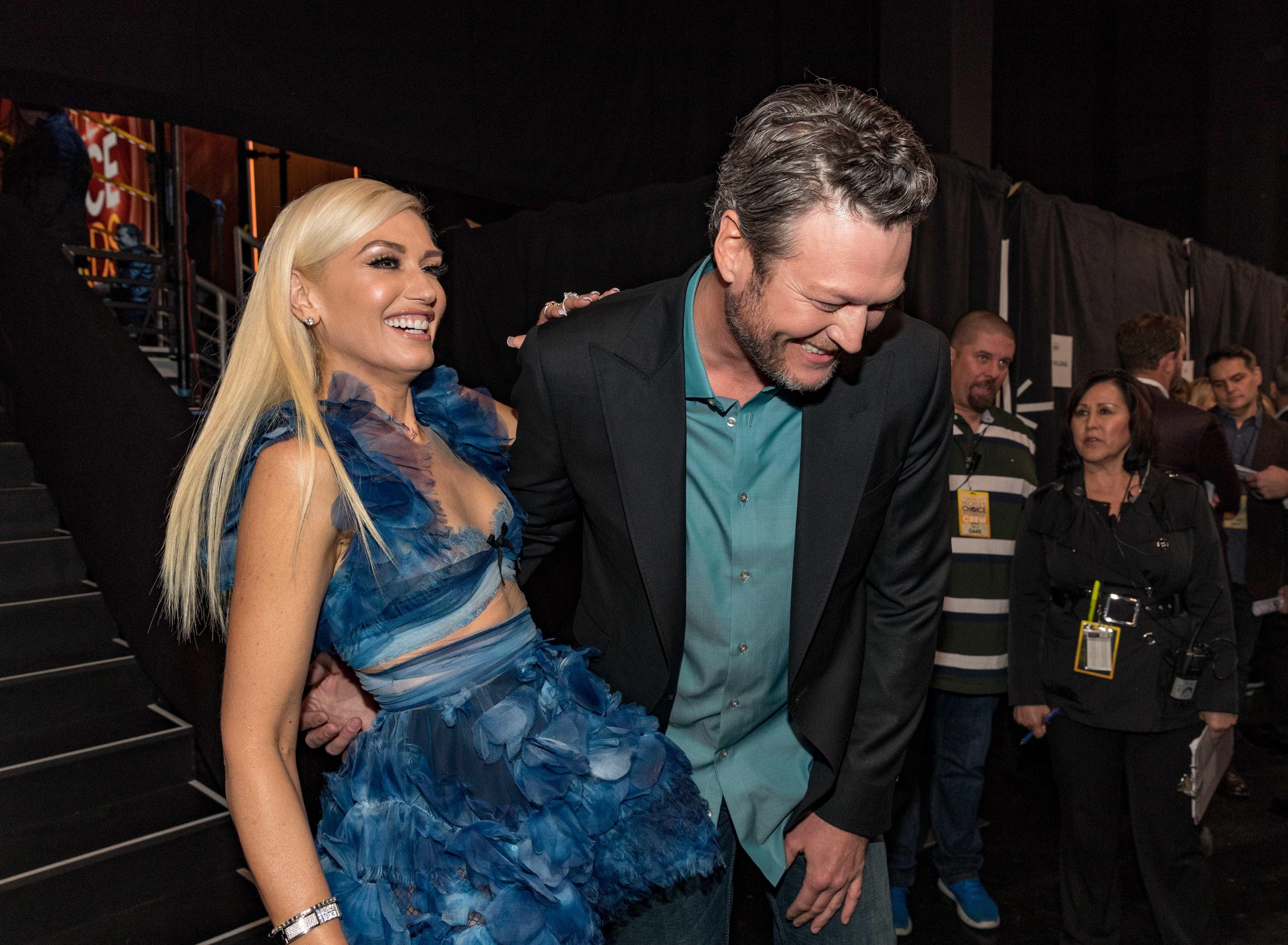 Gwen Stefani e Blake Shelton desfilam juntos em tapete vermelho