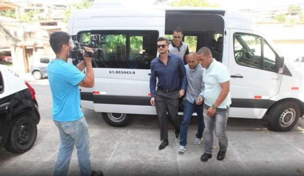Expulso por agressão do BBB17, Marcos chega em delegacia para depor