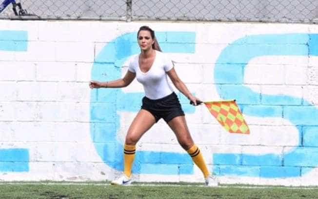 Bandeirinha 'mais sexy do mundo' faz sucesso no futebol paulista