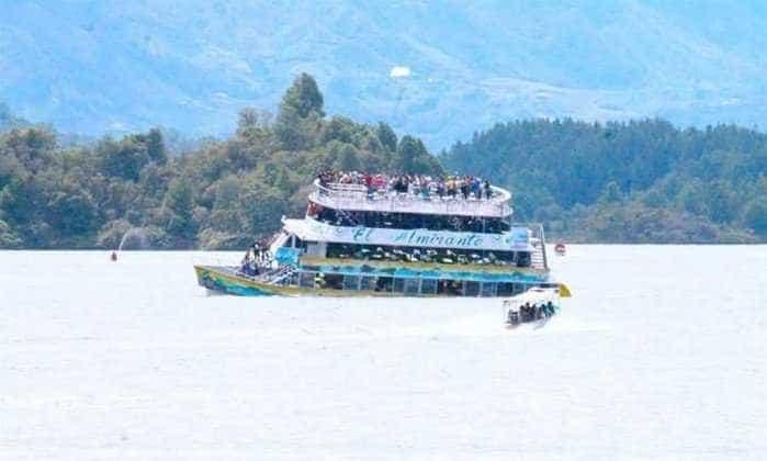 Barco com mais de 150 turistas naufraga na Colômbia